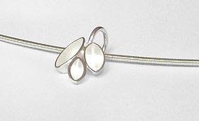 Halsschmuck – Drei ovale Körper