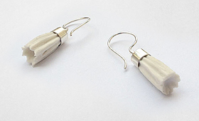 Ohrhänger – Zylinder mit Porzellanblüte
