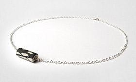 Kette – Porzellanrohr mit Silberkette